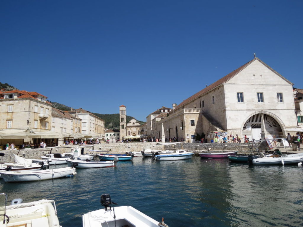 Catedral e pátio de navios/teatro em Hvar - Croácia praias e pontos turísticos