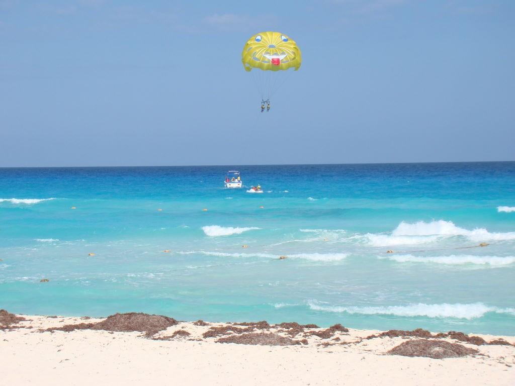 Parasailing - Paraquedas puxado por lancha - O que fazer em Cancun México