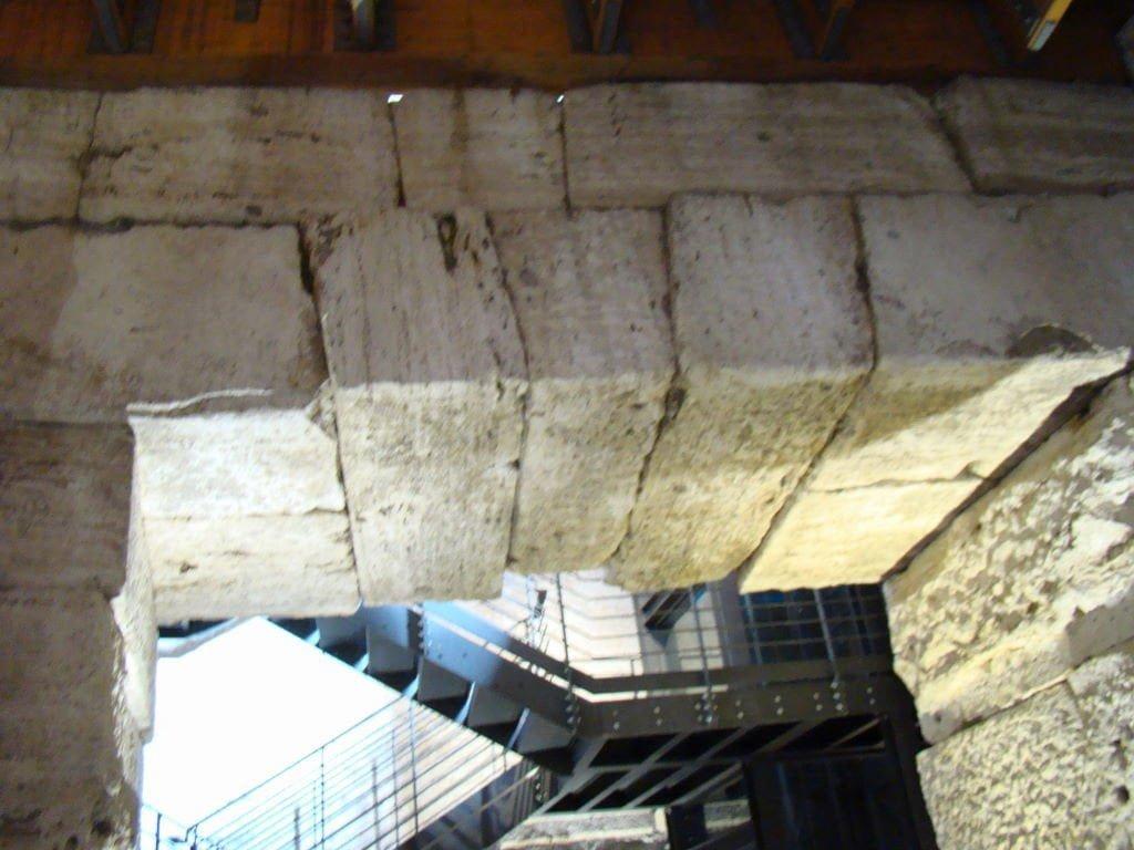 Pedras apenas encaixadas nos arcos do Hipogeu - Pontos Turísticos de Roma - O que fazer em 3 dias
