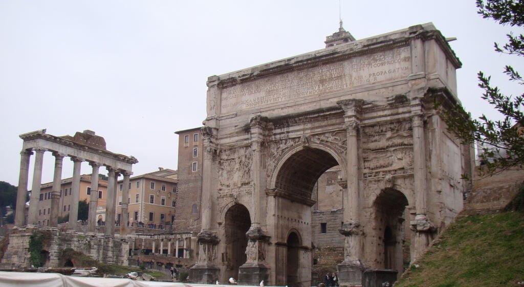 Arco de Sétimo Severo e Templo de Saturno no Fórum Romano - Pontos Turísticos de Roma - O que fazer em 3 dias