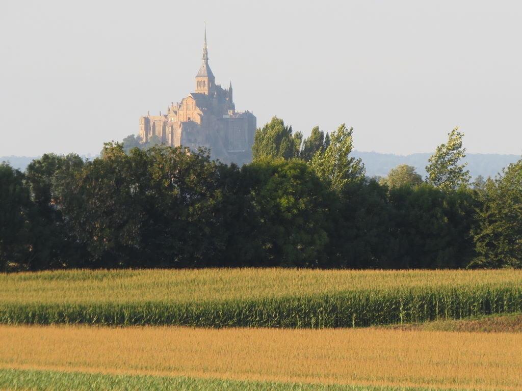 Foto com zoom tirada da janela do Auf Fief des Amis du Mont - 13 Super Dicas do Monte Saint Michel na França!