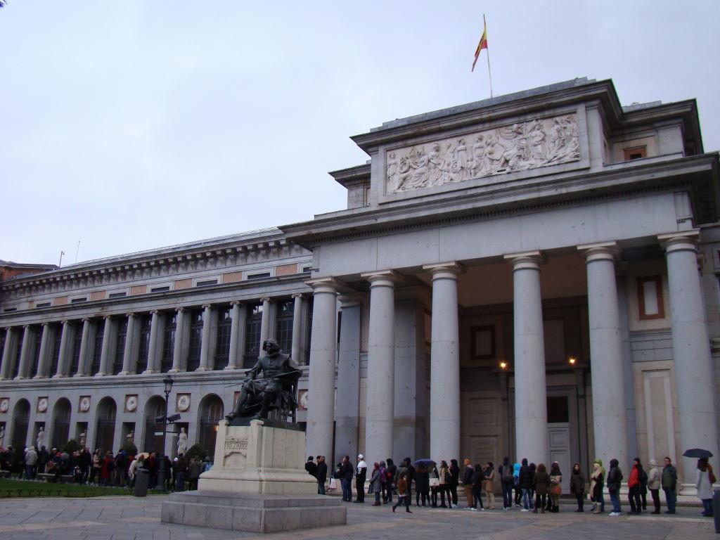Fila para a entrada gratuita no Museu do Prado - Museus em Madrid: Prado, Thyssen e Reina Sofia