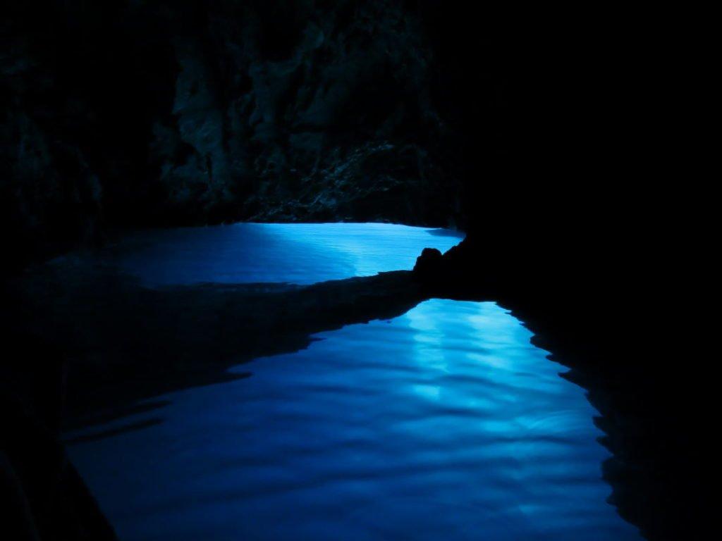 Arco natural subaquático na Gruta Azul - Croácia praias e pontos turísticos