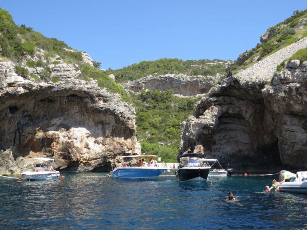 Pequena abertura da Baía de Stiniva em Vis - Croácia praias e pontos turísticos