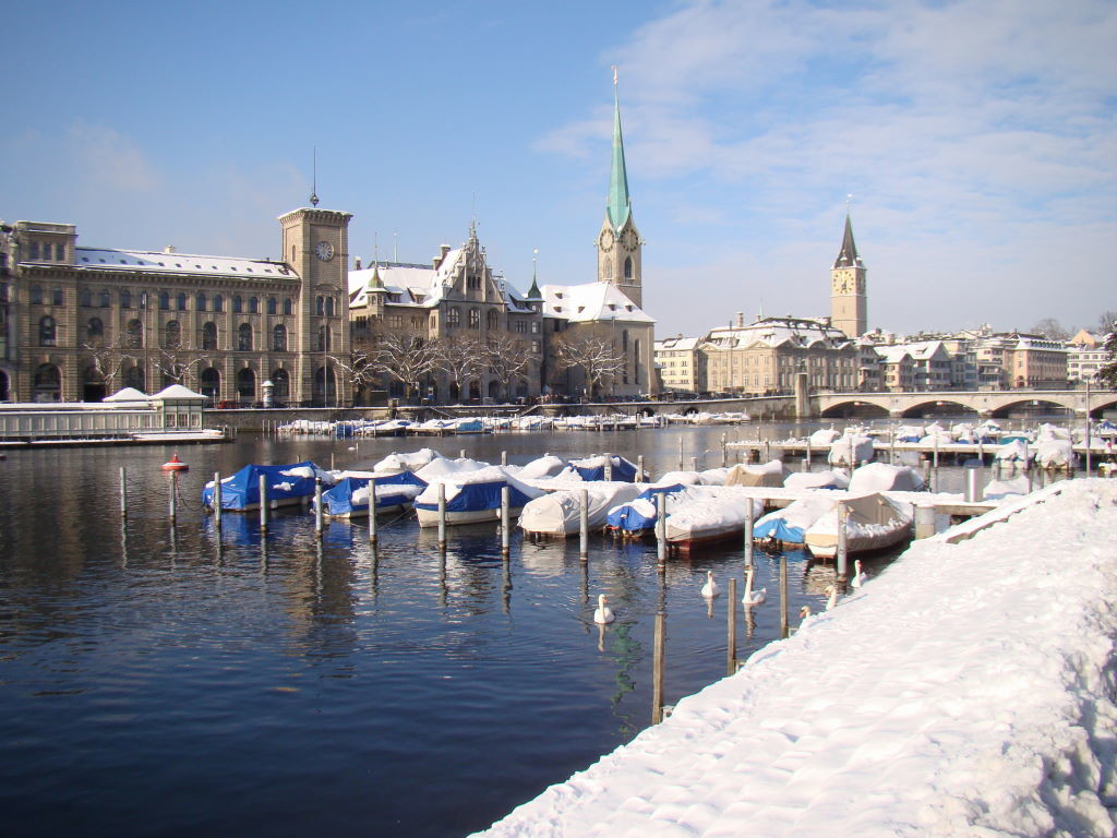Stadthausquai com vista da Fraumünster e da Igreja St.Peter - O que fazer em Zurique no inverno - Ano Novo e Pontos Turísticos