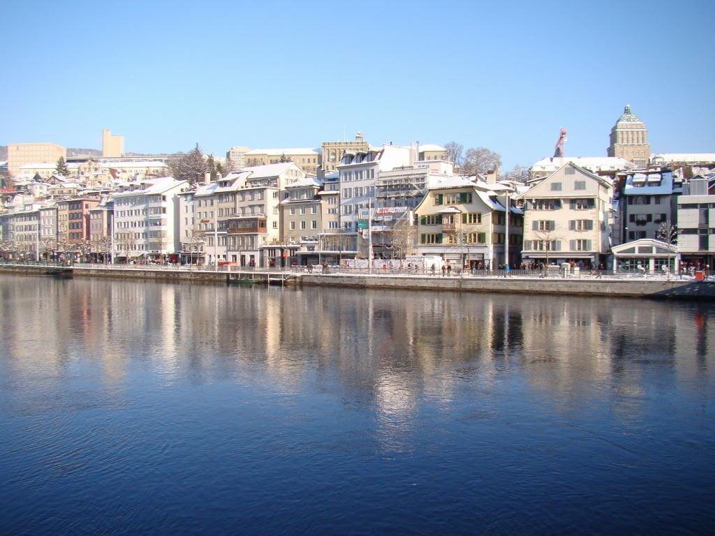 Limmatquai em Zurique - Para onde viajar em julho na Europa