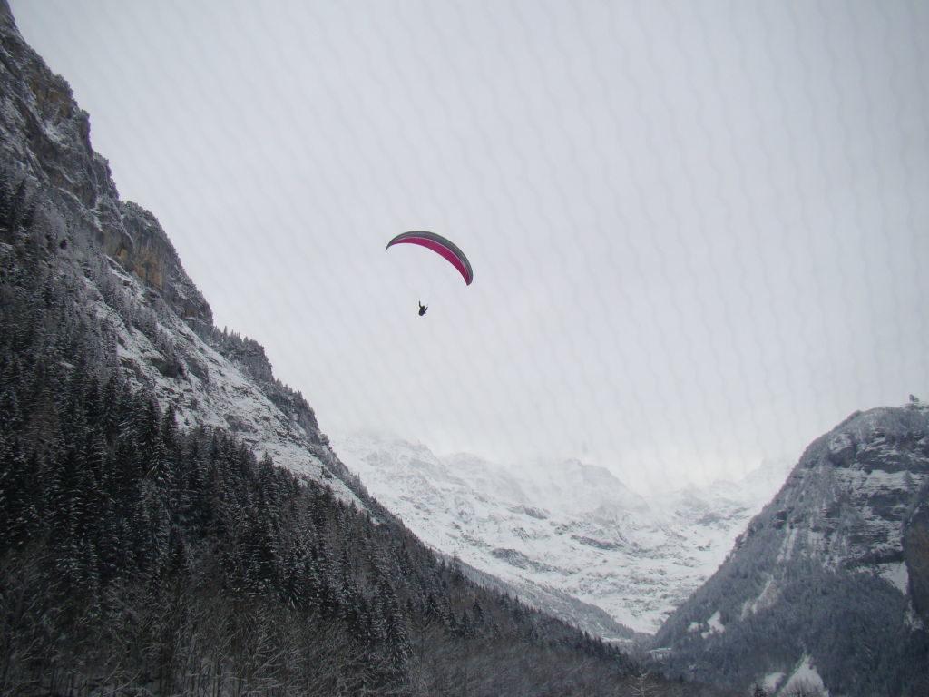 Voo duplo de parapente na Suíça no inverno