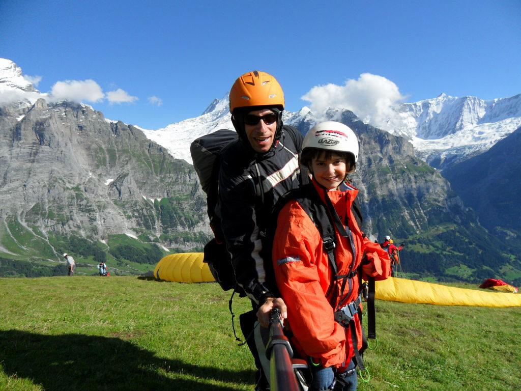 Luiza pronta para voar - Voo duplo de parapente em Grindelwald na Suíça