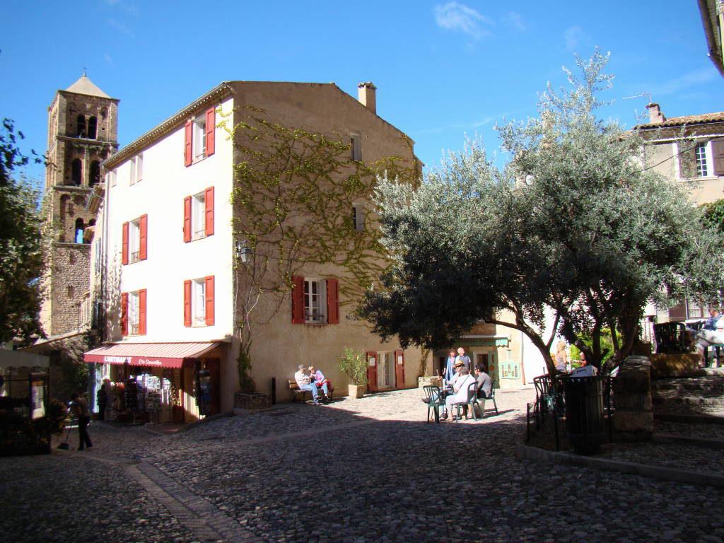Moustiers Sainte-Marie - Campos de lavanda e girassóis na Provença