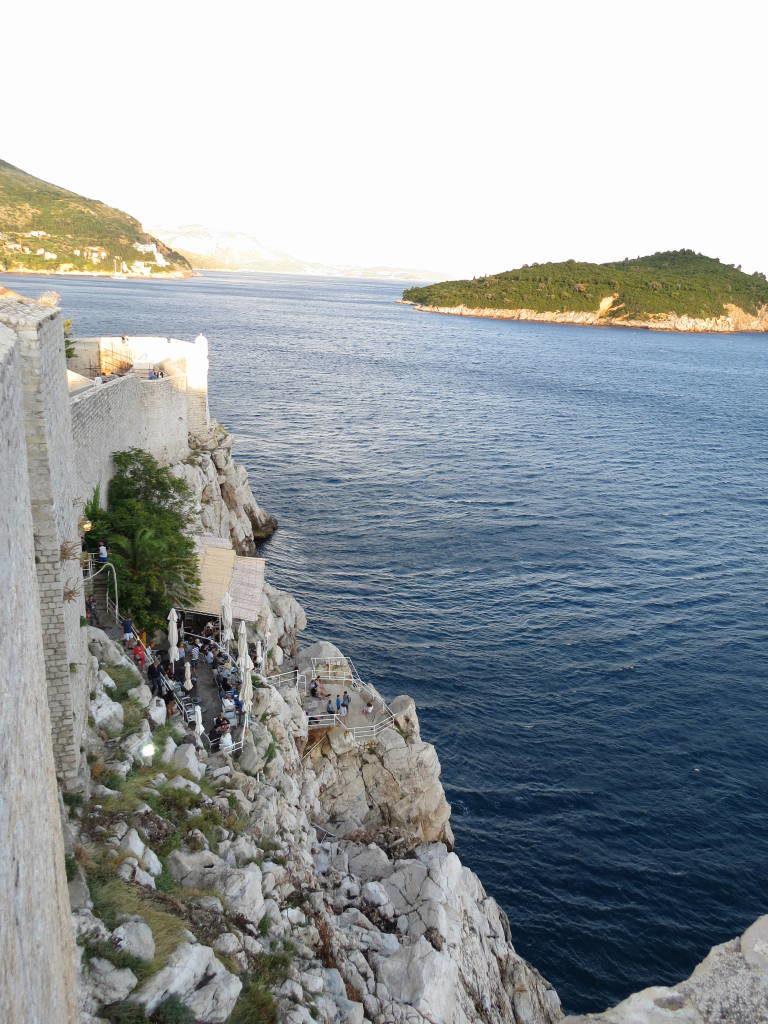 Bar entre a muralha e o mar - O que fazer em Dubrovnik Croácia