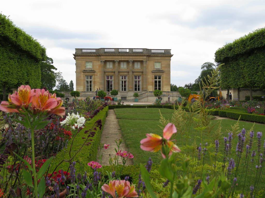 O Petit Trianon visto do Jardim Francês - O Palácio de Versalhes