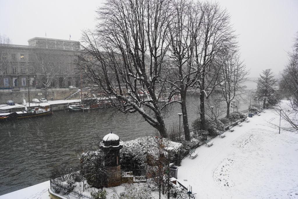 Square du Vert Galant - Viajar para Paris no inverno com neve
