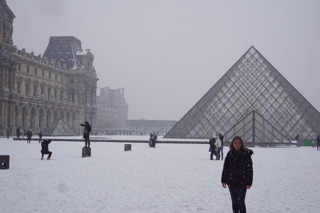Pirâmides do Louvre - Viajar para Paris no inverno com neve!