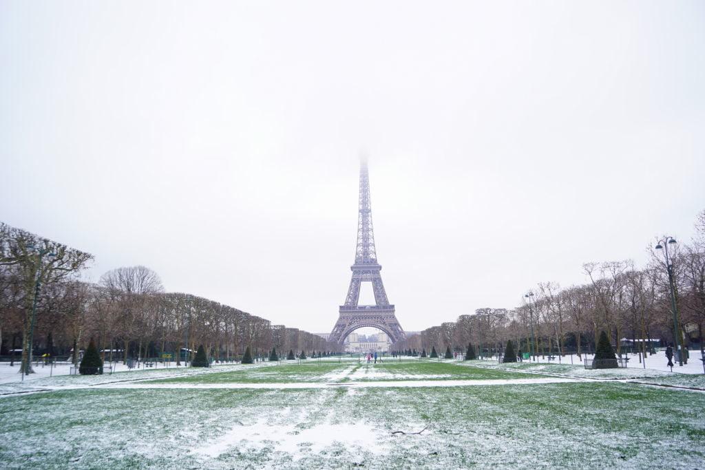 Champ de Mars e Torre Eiffel - Viajar para Paris no inverno com neve!