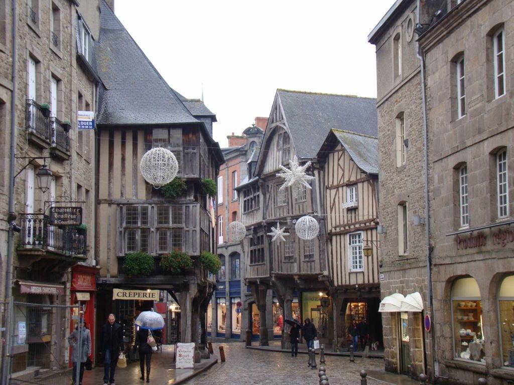 Place Saint Saveur - Dinan França - Uma das mais belas cidades da Bretanha