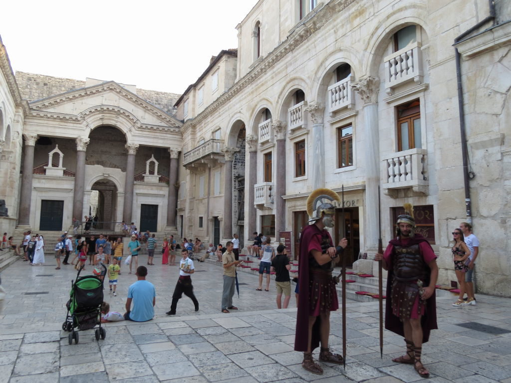 O Peristilo no Palácio de Diocleciano - O que fazer em Split Croácia
