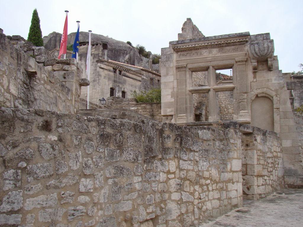 Entrada do Vilarejo Medieval - O que fazer em Les-Baux-de-Provence