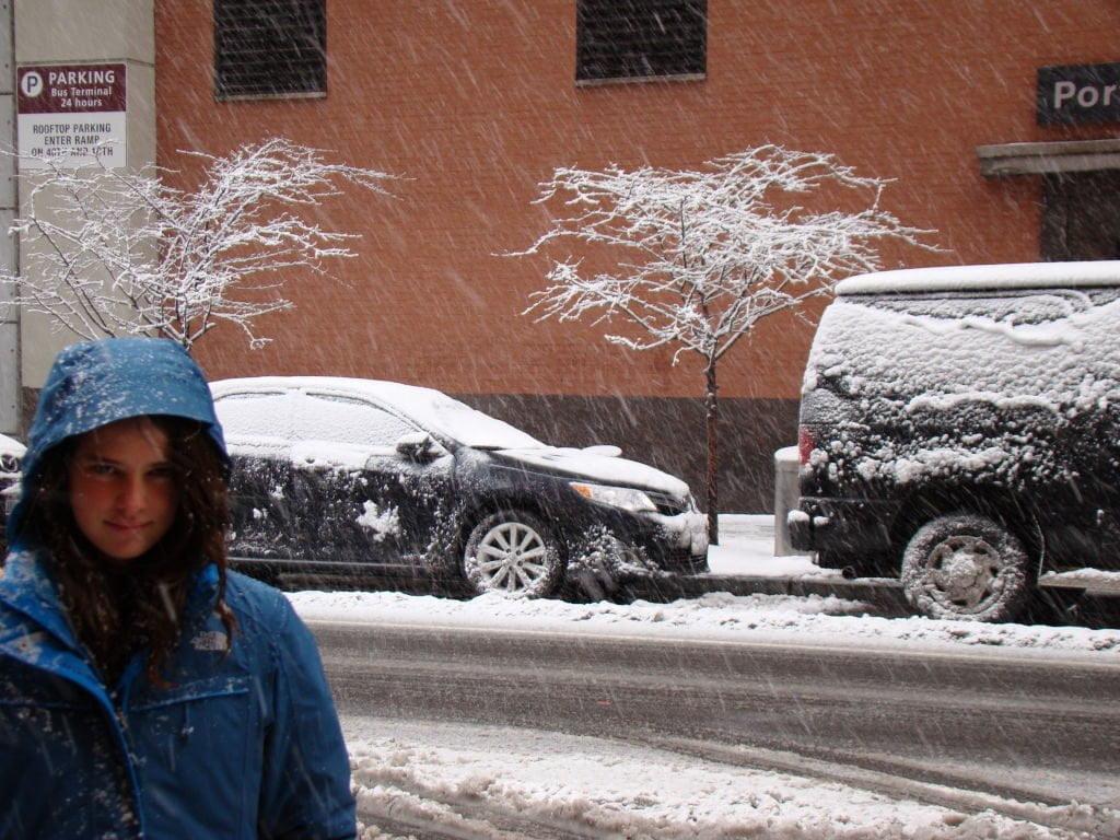 Em frente ao hotel - O que fazer em Nova York no inverno - Com neve!