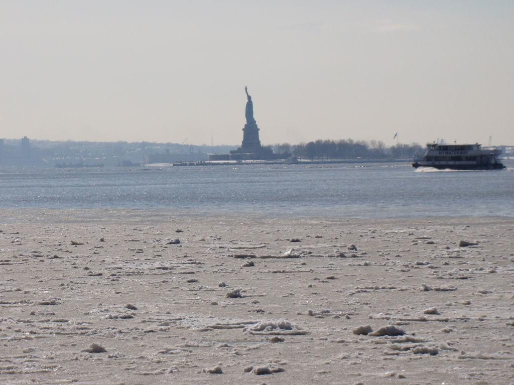 Estátua da Liberdade vista do World Financial Center - O que fazer em Nova York no inverno - Com neve!