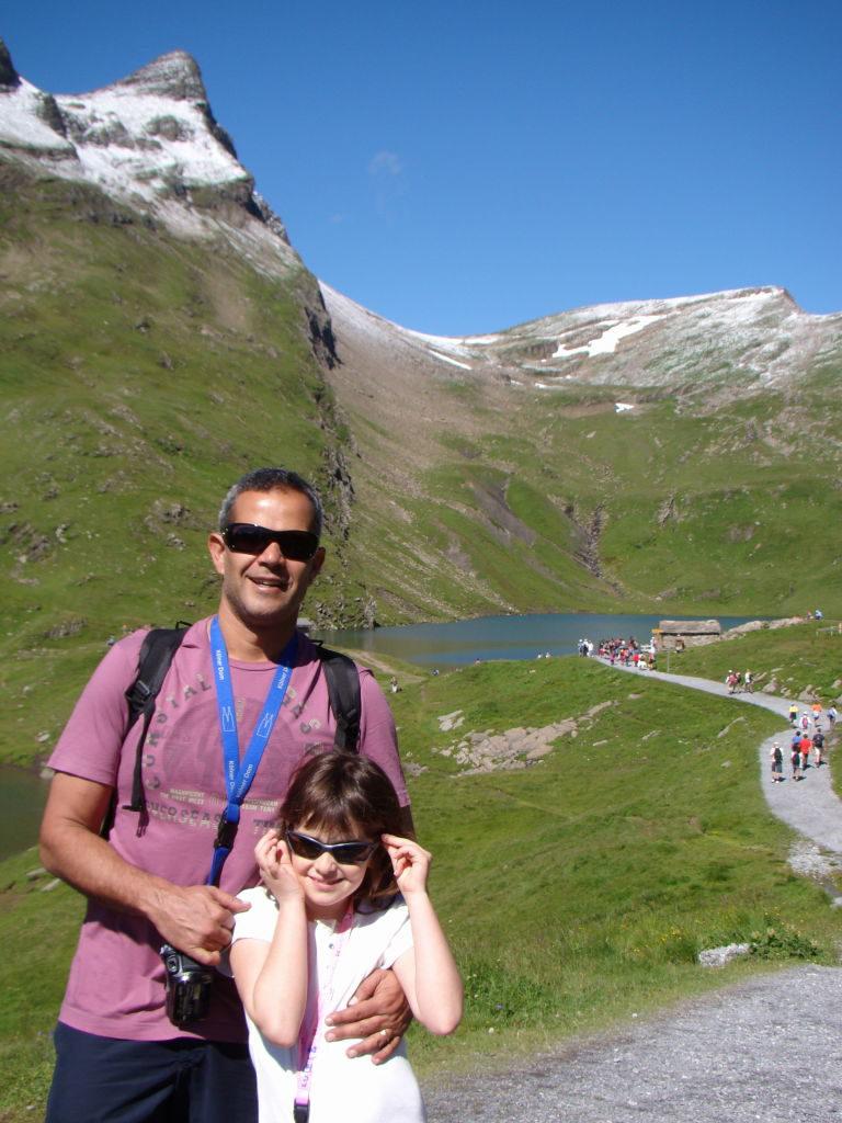 Pai e filha na trilha